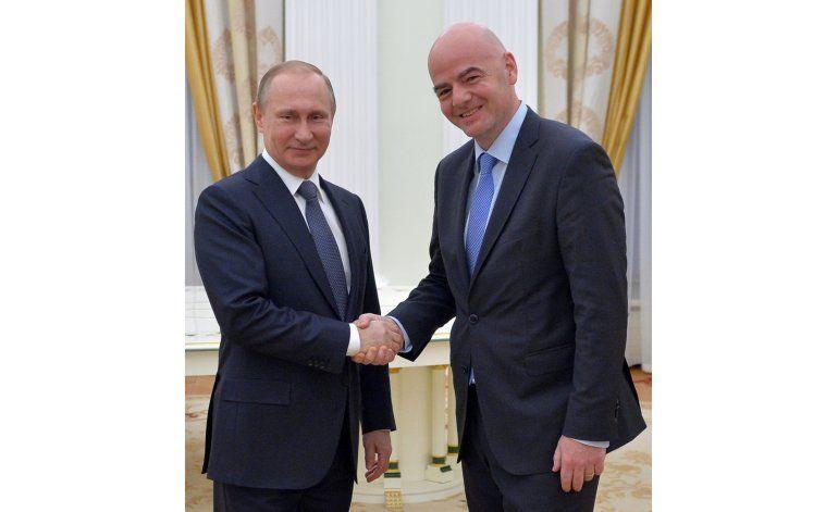 El presidente de la FIFA es recibido por Putin en Moscú