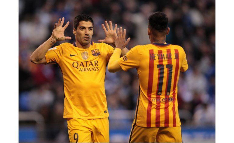 Suárez marca cuatro y reaviva al Barsa, que retiene la punta