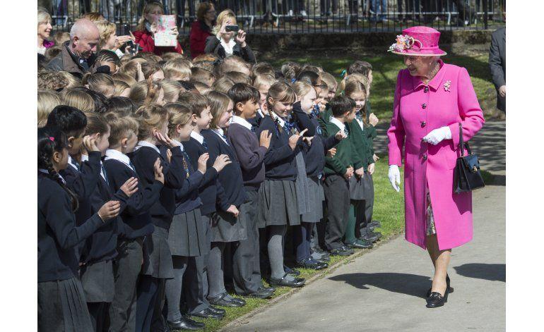 Cameron elogia a la inquebrantable reina al cumplir 90