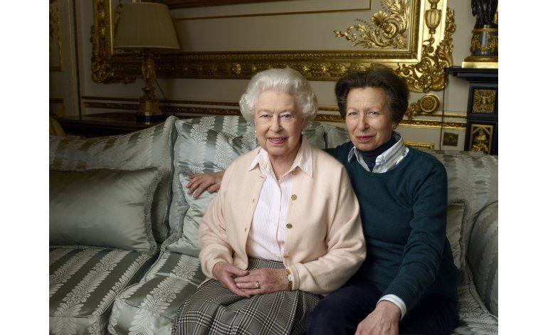 Cameron elogia a la inquebrantable reina, que cumple 90