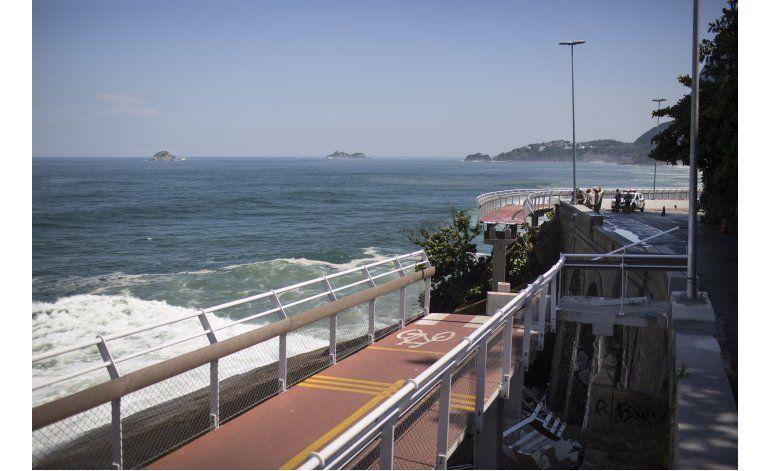 Dos muertos al desplomarse ciclovía en Río