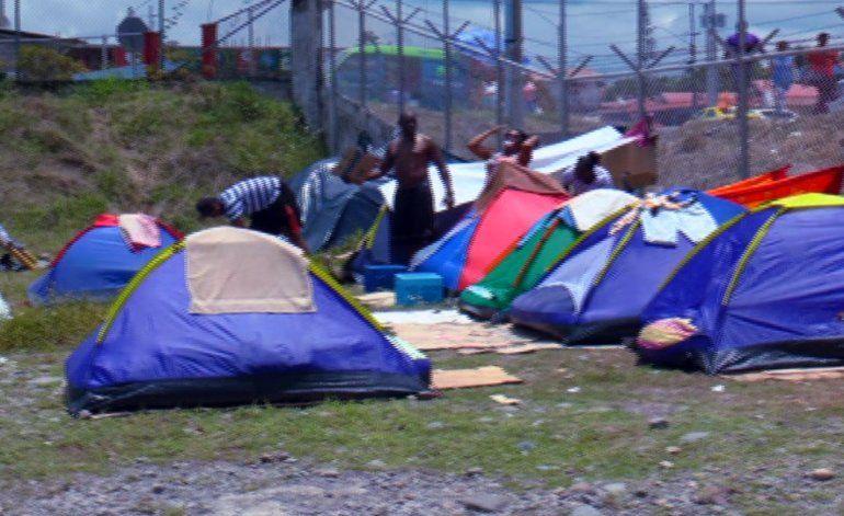 Desespero de cubanos por salir de Panamá los obliga a pagar coyotes y a prostituirse