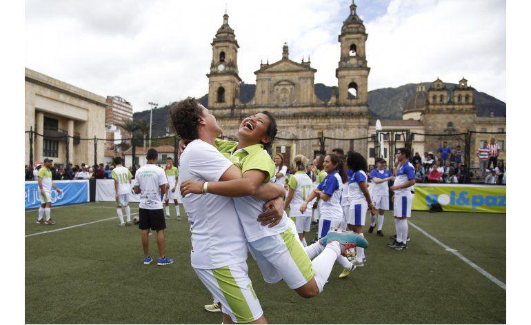 Fútbol por la paz, en plaza histórica de Colombia