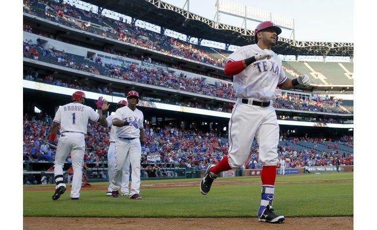 Rangers derrotan 7-4 a Astros y completan barrida