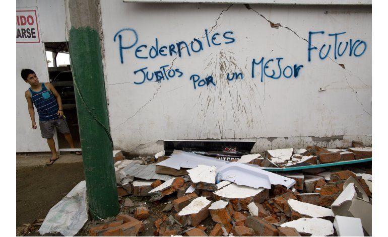 Los ecuatorianos buscan comida y agua tras terremoto