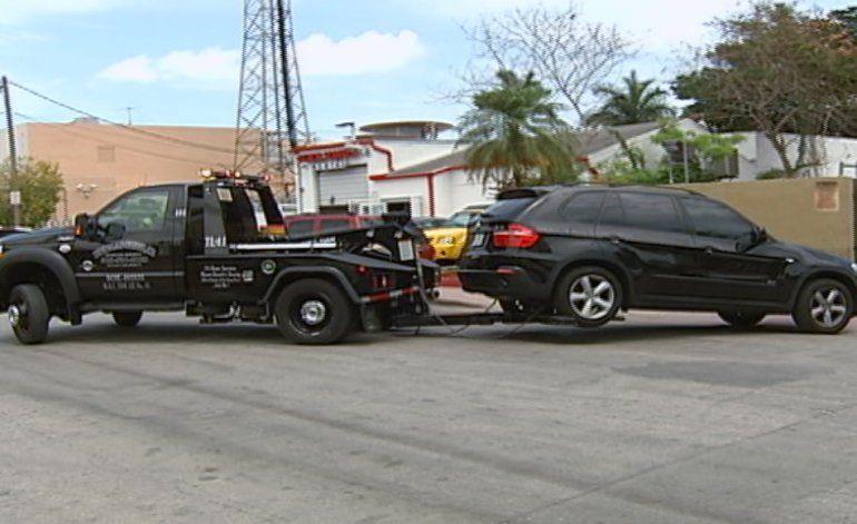 Residentes y turistas en Miami Beach están furiosos con las grúas