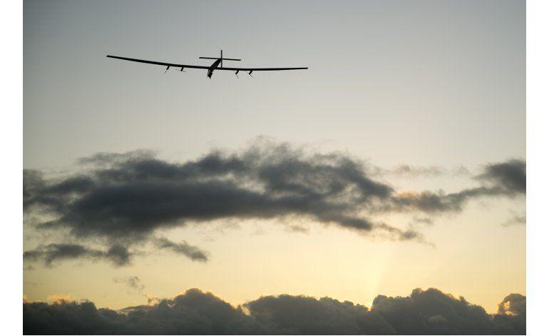 Piloto de avión solar charla con líder de la ONU
