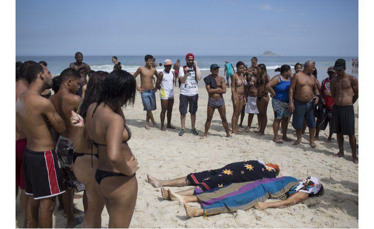 Brasil: Socorristas buscan víctimas de ciclovía derrumbada
