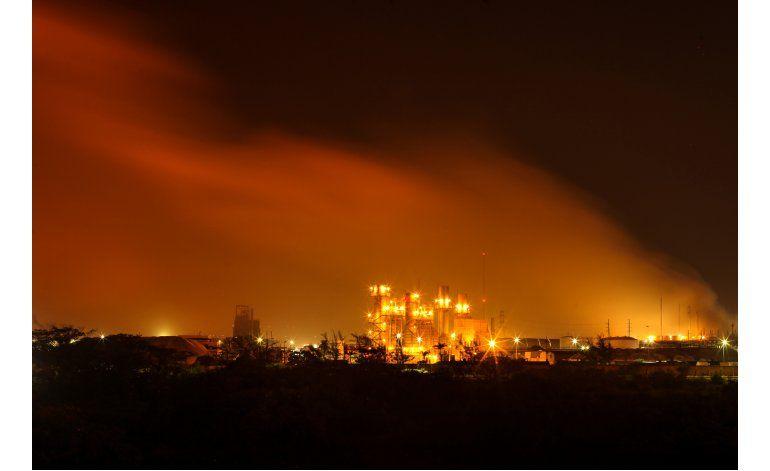 Suman 28 los muertos por explosión en petroquímica en México