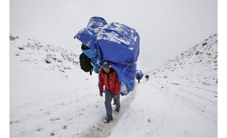 A pesar de sismo y avalancha, alpinistas regresan a Everest