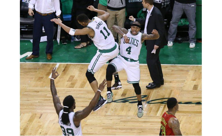 Celtics ganan en prórroga y empatan la serie