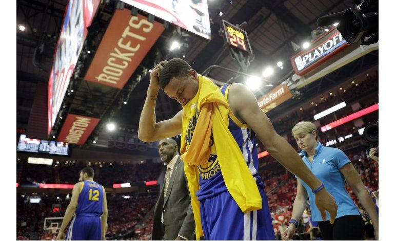 Curry se lastima la rodilla, pero Warriors amansan a Rockets