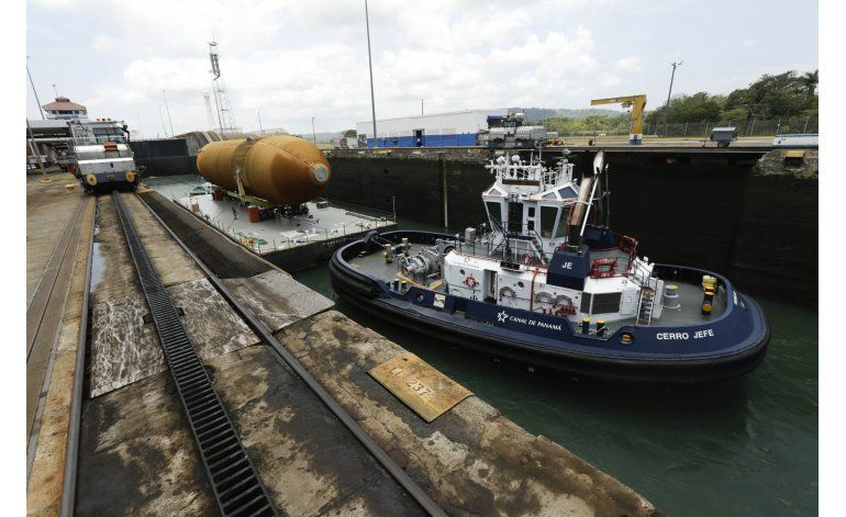 Barcaza con tanque del Endeavour cruza Canal de Panamá