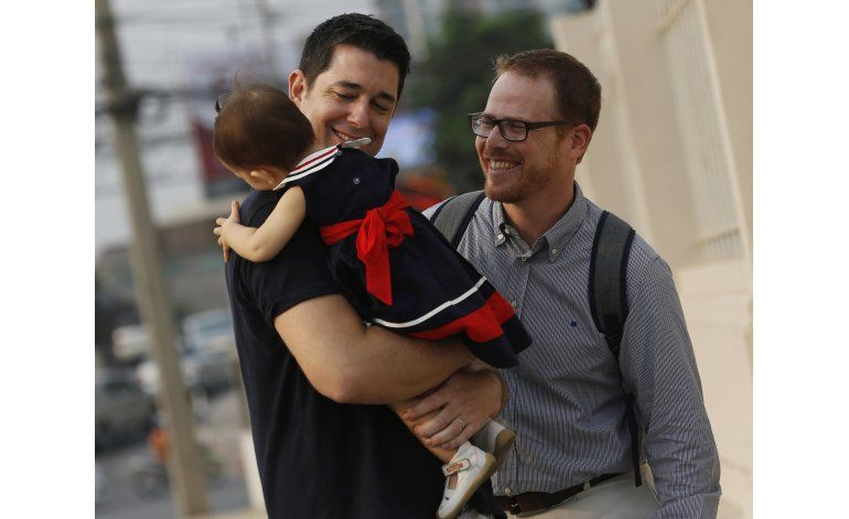 Tailandia: Pareja gay logra custodia de bebé madre subrogada