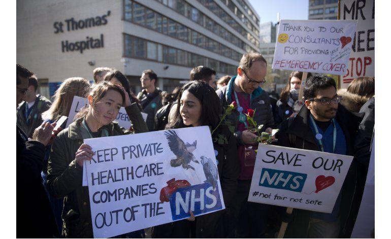 Médicos ingleses declaran dos días de huelga general