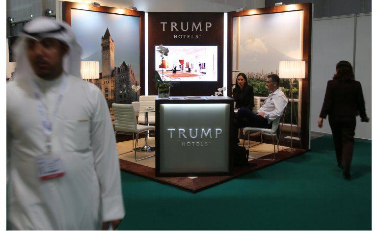 Feria de viajes en Dubái incluye kiosco con el nombre Trump