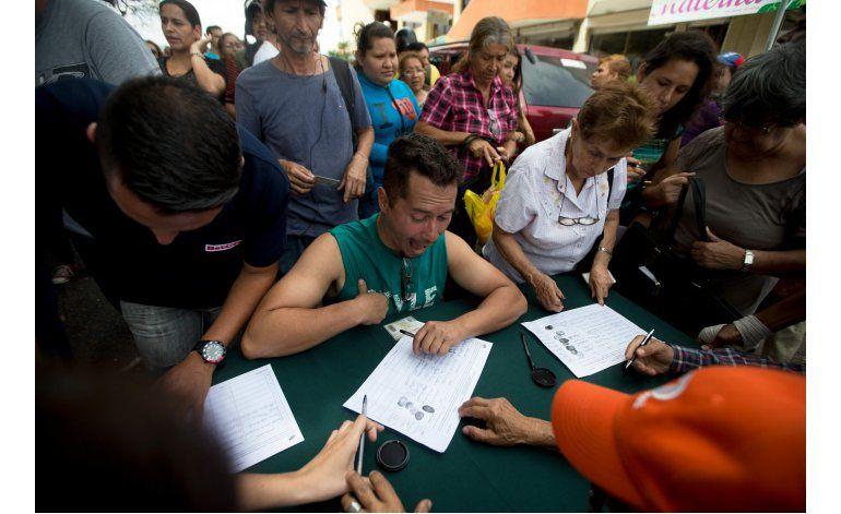 Miles de opositores firman por referendo a Maduro