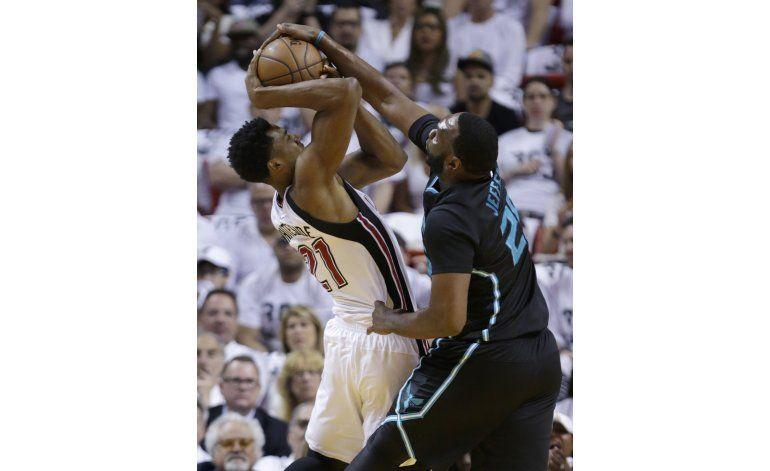 Hornets vencen a Heat y están a un triunfo de avanzar