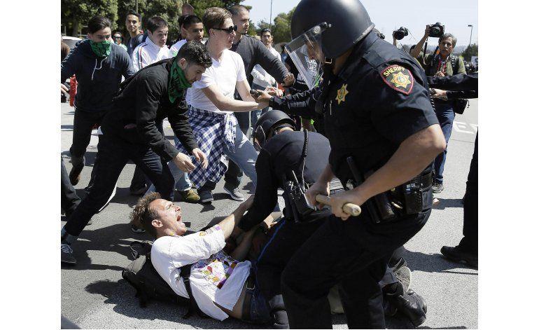 Trump habla ante republicanos en California; hubo protestas