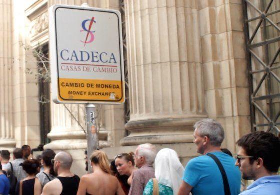 Largas colas en casas de cambio y bancos de La Habana ante el creciente rumor de una rebaja del valor del CUC