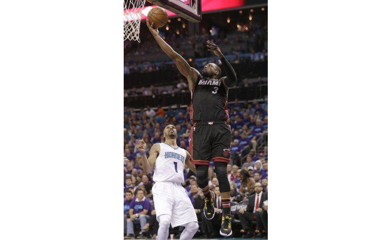 Wade y Heat resisten ante Hornets para alargar la serie