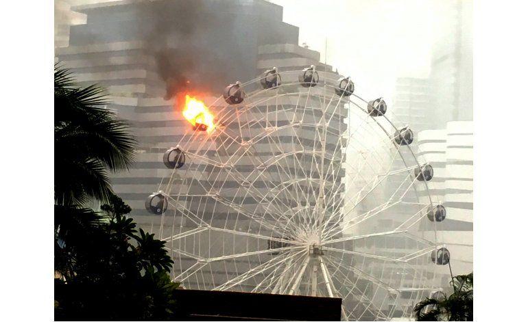 Se incendia rueda de la fortuna en Bangkok; no hay heridos
