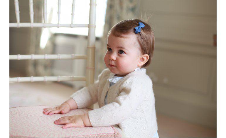 Difunden fotos de la princesa Charlotte por su primer año