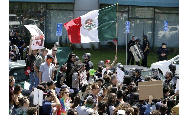 Hispanos marchan en Los Ángeles en apoyo a inmigrantes