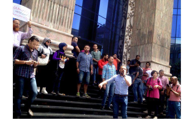 Periodistas egipcios protestan tras redada contra su gremio