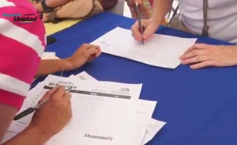 Venezolanos presionan para que se recojan las firmas necesarias para activar el revocatorio contra Maduro