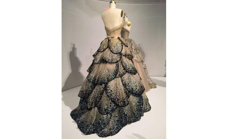 Met: Exhibición de moda explora diálogo entre mano y máquina