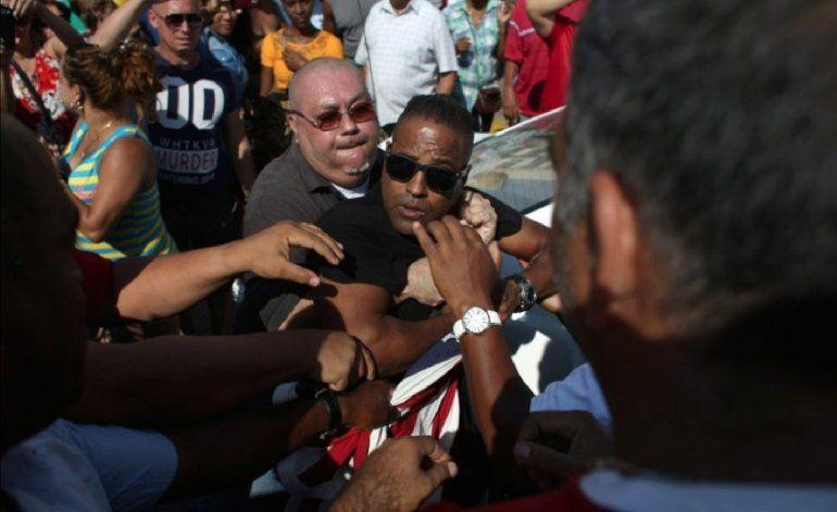 Arrestan en la Habana a joven que saludaba llegada del crucero Adonia