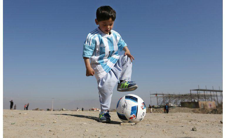 Niño afgano seguidor de Messi deja el país tras amenazas