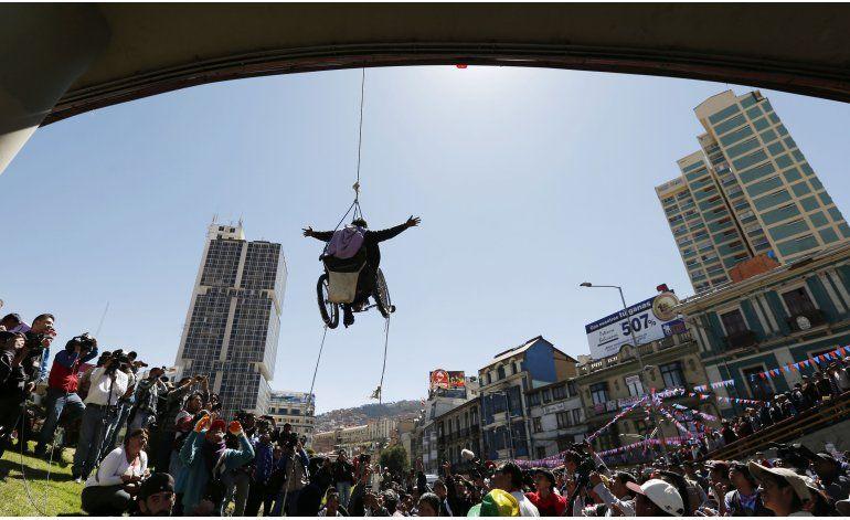 Discapacitados en protesta toman avenida vital en La Paz