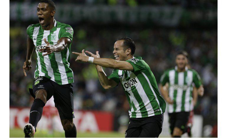 Atlético Nacional vence 4-2 a Huracán y avanza a cuartos