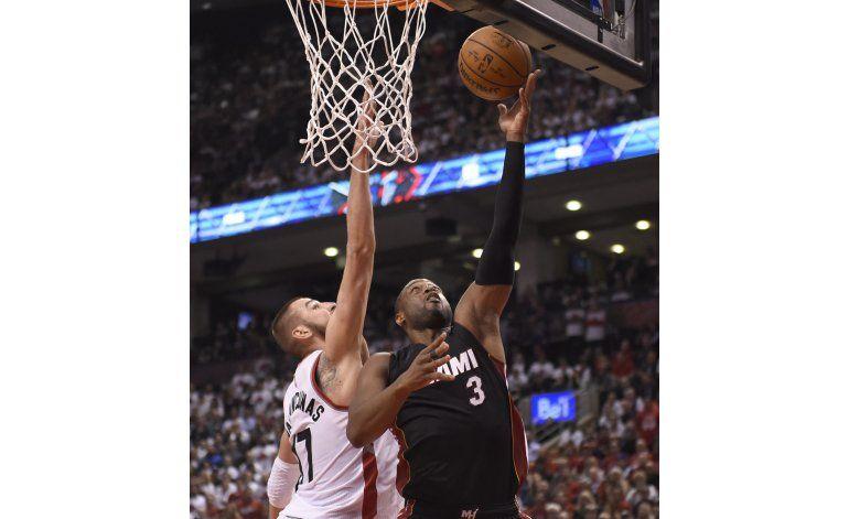 Heat supera a Raptors en prórroga y toma ventaja de 1-0