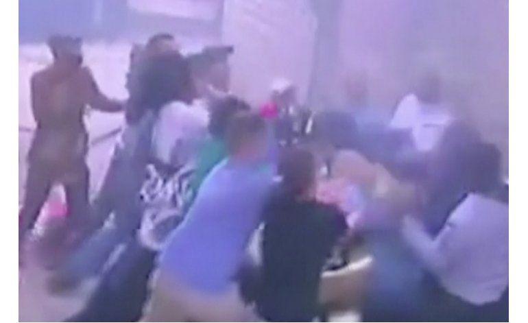 Madre y 3 hijitos saltan de edificio en llamas y sobreviven