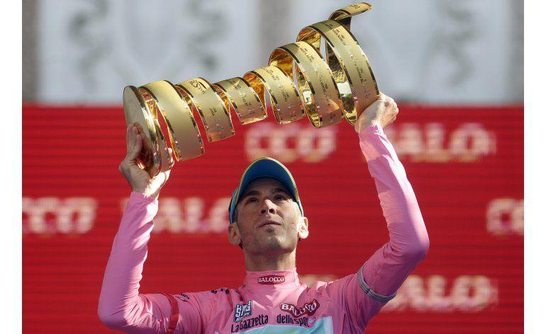 Nibali encabeza el pelotón en el Giro de Italia