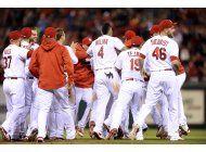 cardenales ganan, con hit de holliday en la 9na