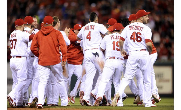 Cardenales ganan, con hit de Holliday en la 9na
