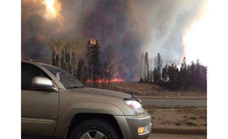 Desalojan 3 comunidades más en Canadá por incendio