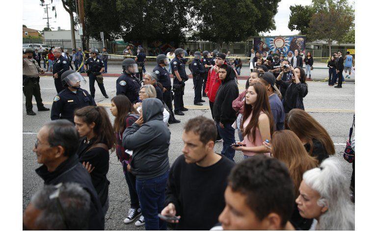 Acto de campaña de Clinton desata protestas en Los Angeles