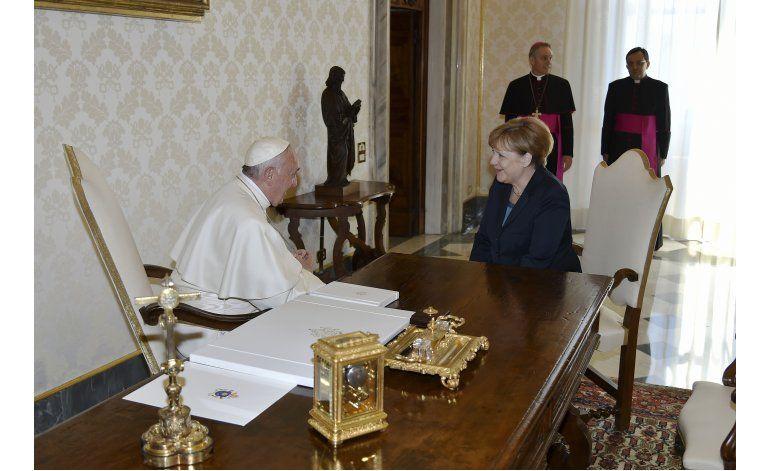 Durante recepción de premio, papa lamenta vallas en Europa
