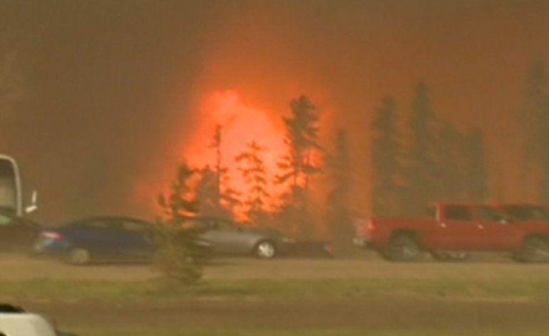 Bomberos no logran controlar el devastador incendio del noroeste de Canadá