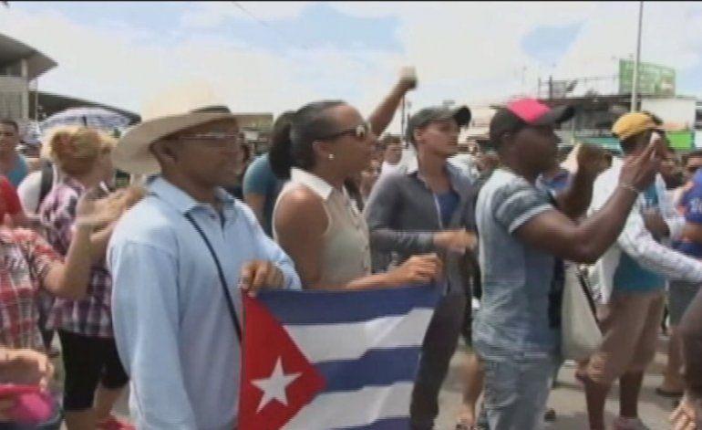 Cubanos varados en Panamá entre la desesperación y la alegría