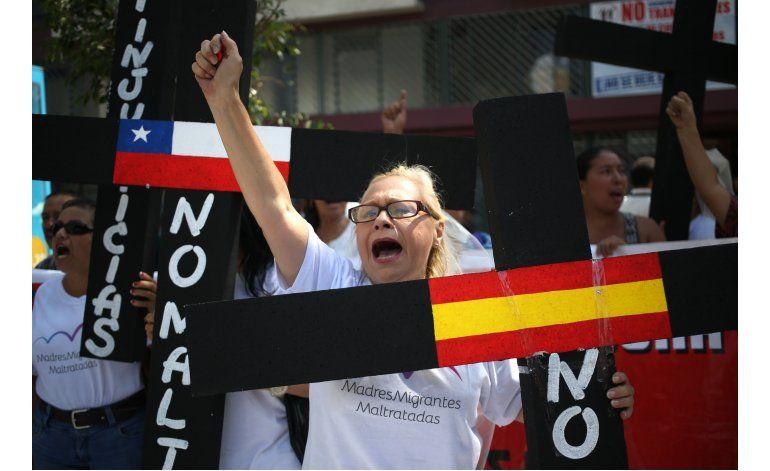 Mujeres extranjeras protestan para tener residencia en Perú