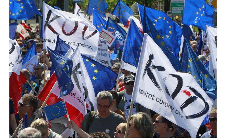 Miles de polacos protestan contra el gobierno