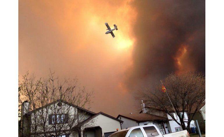 Aceleran evacuaciones ante incendio forestal en Canadá