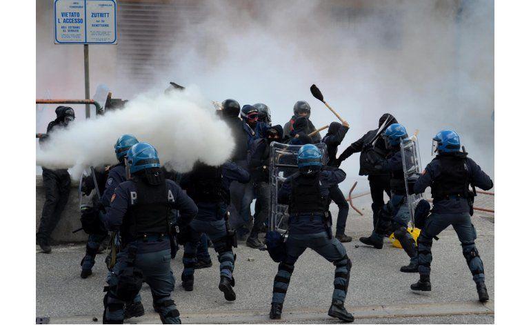 Anarquistas chocan con la policía de Italia cerca de Austria