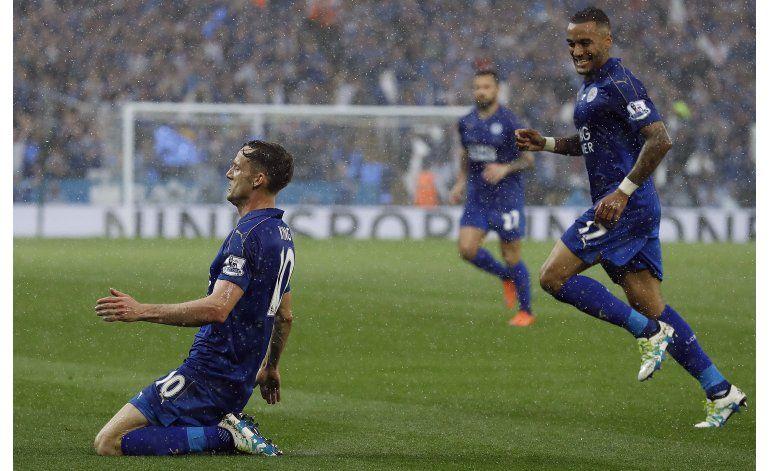 Leicester recibe trofeo y otros luchan contra descenso